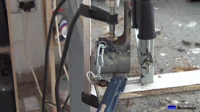 soldando un trozo de hierro en la cadena