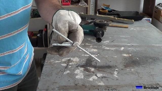 probando el agujero realizado en la varilla roscada con la varilla obtenida del trozo de mallazo