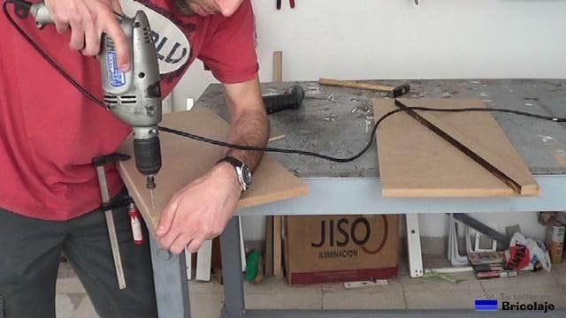 taladrando las baldas para sujetar el tope
