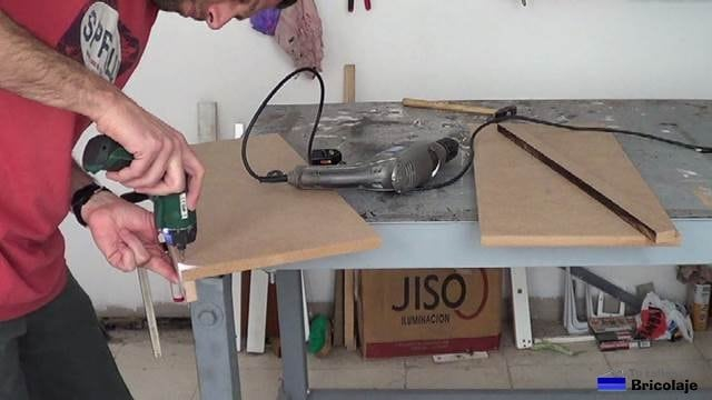 sujetando el tope a la balda de la zapatera para niños
