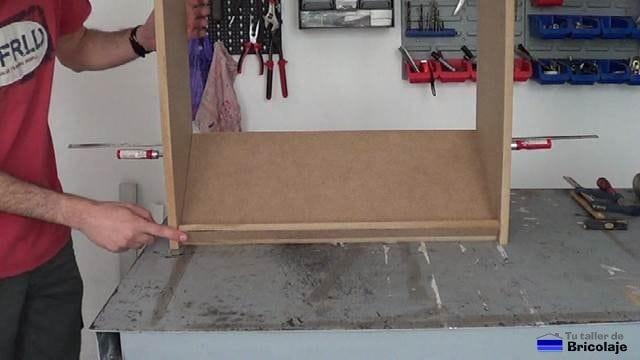 presentando una balda en la estructura de la zapatera