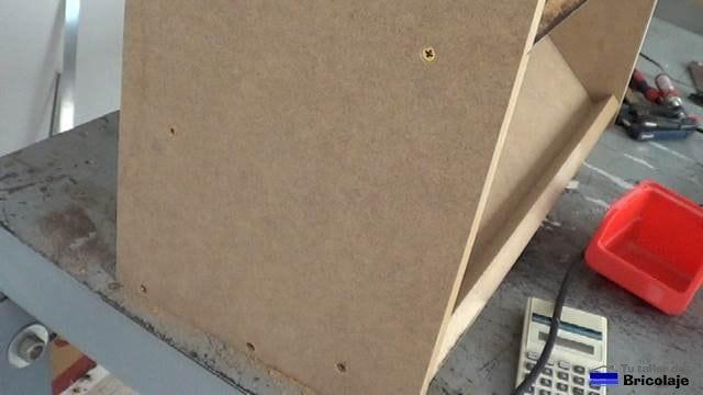 tornillos avellanados en la madera con una broca avellanadora