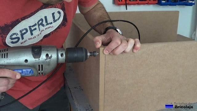 taladrando y avellanando los agujeros para sujetar las partes que formarán la zapatera para niños
