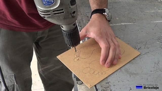 perforando el dibujo de la plantilla para obtener la plantilla