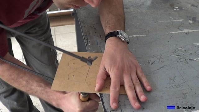 cortando con sierra de marquetería la plantilla para decorar la zapatera