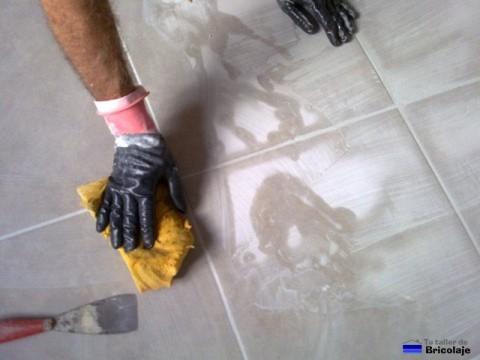 extendiendo la lechada por el suelo