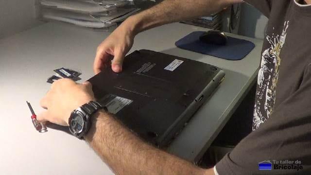 retirando la bateria al portátil para poder instalar la memoria ram