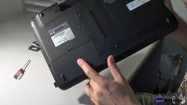 trasera del portátil donde se realiza la instalación de la memoria ram