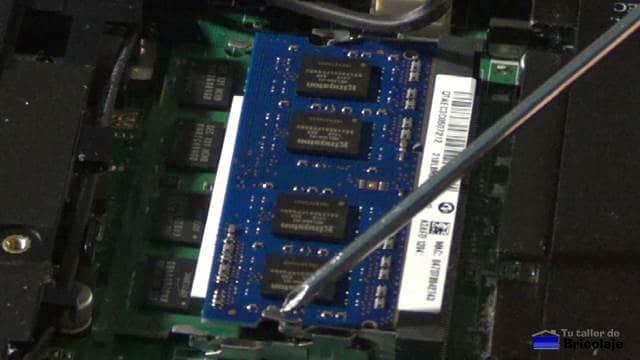 pestañas laterales que sujetan la memoria ram del portátil