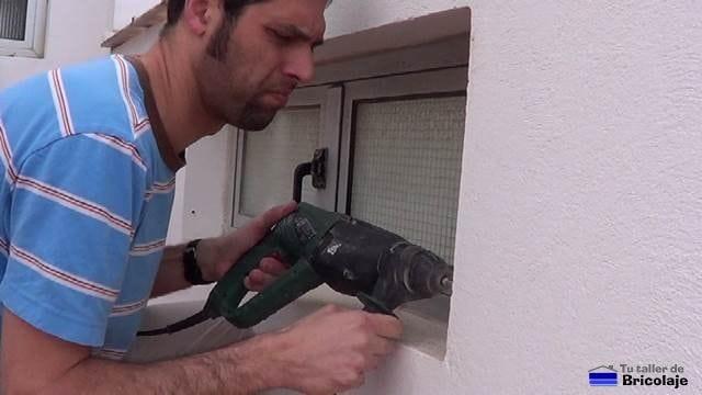 abriendo agujero con el taladro para instalar la reja