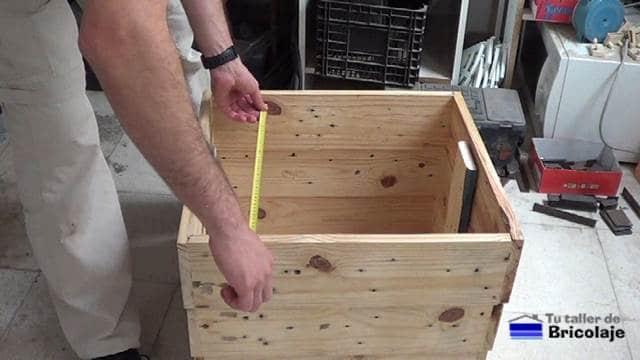 midiendo para cortar el suelo de la jardinera escalona de madera de palets