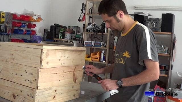 tapando los agujeros realizado para fabricar la jardinera con masilla para madera
