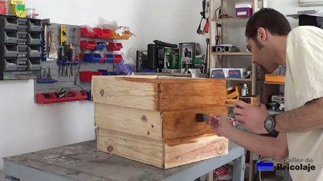 pintando la jardinera escalonada de madera de palets