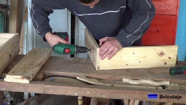 uniendo la madera para fabricar la jardinera de palets