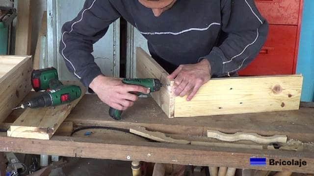 sujetando las piezas de madera de palets que formarán la jardinera