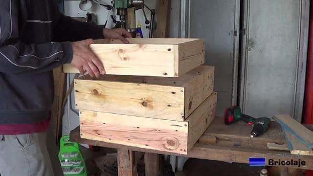 colocando las partes para formar la jardinera de palets