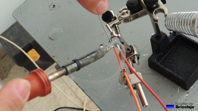 estañando las puntas de cables