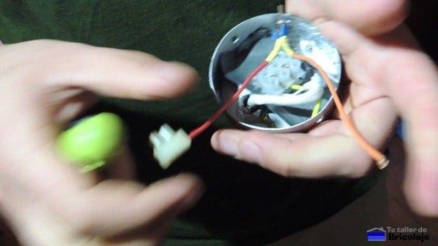 realizando las conexiones del interruptor en el interior de la lámpara