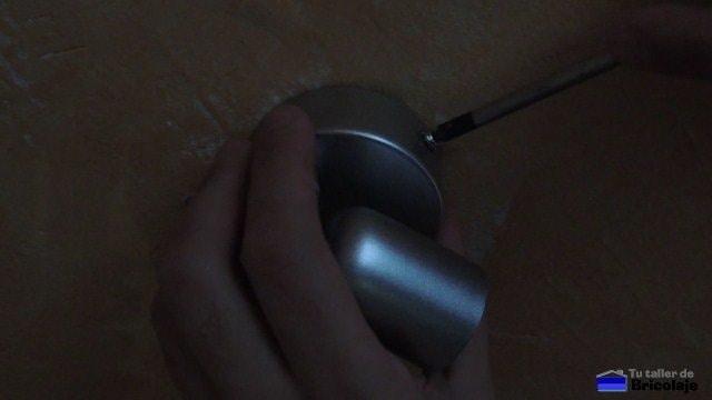 colocando la lámpara en la pared
