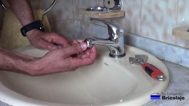 enroscando el aireador del grifo del baño