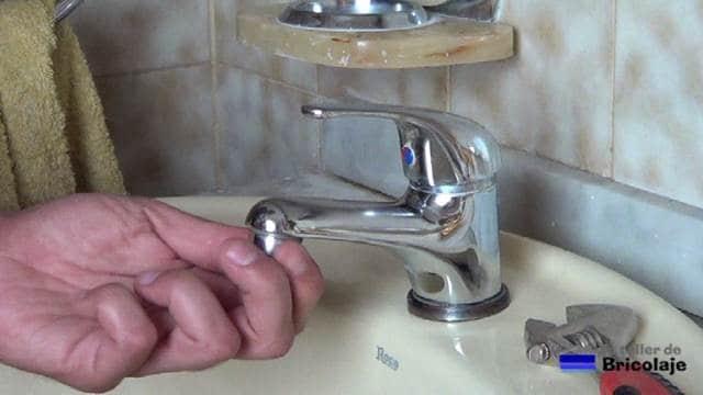 desenroscando el aireador del grifo del baño