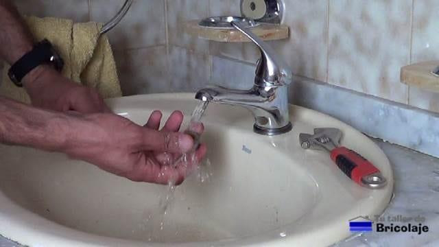 lavando el aireador con agua
