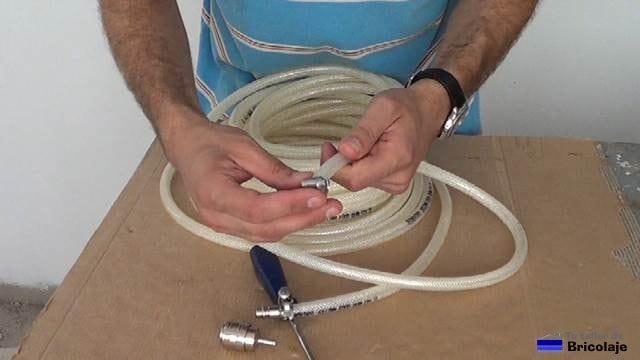 insertando la abrazadera ajustables en la manguera