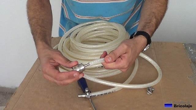 insertando uno de los conectores del aire en la manguera