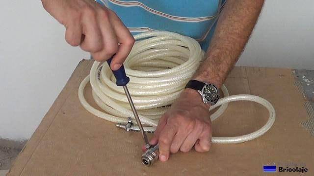 apretando el conector mediante las abrazaderas ajustables