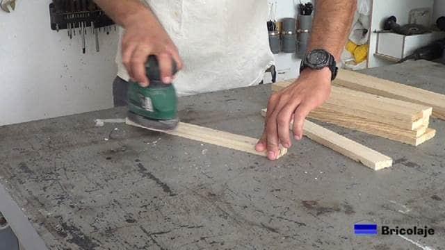 lijando la madera de palets para hacer la mesa auxiliar de terraza