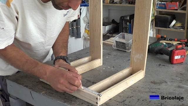 presentando parte de las patas inferiores en la estructura de la mesa auxiliar