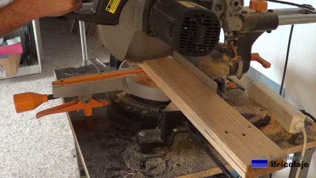 cortando con la ingletadora la madera para hacer la mesa auxiliar