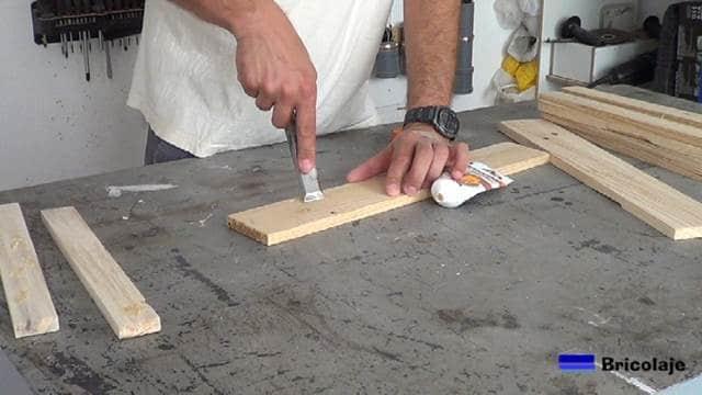 empastando la madera de palets para tapar los agujeros