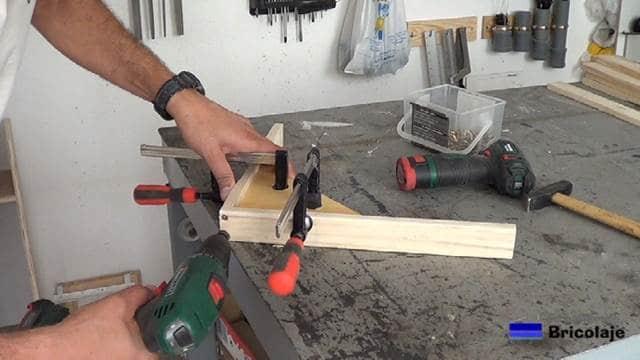 montando la patas inferiores de la mesa auxiliar de terraza