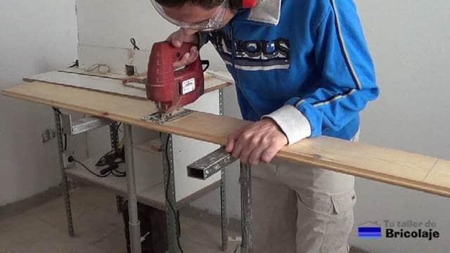 cortamos con la caladora la madera machimbrada