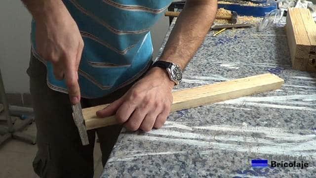 limando los bordes de un lateral de la espiga de los travesaños