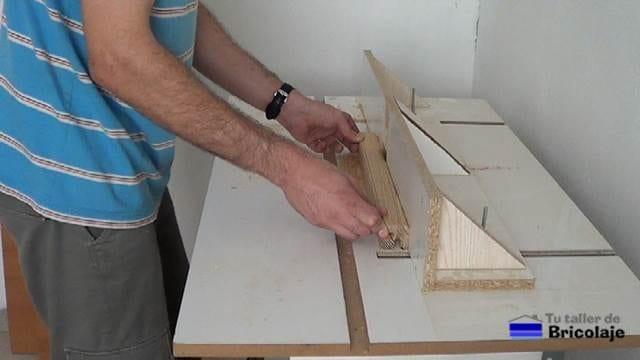 rebajando los cantos de la madera con la mesa casera para la fresadora