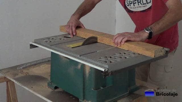 cortando las patas de la mesa centro de un trozo de madera reciclado