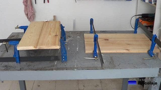 encolando la madera machimbrada para hacer la cubierta de la mesa centro