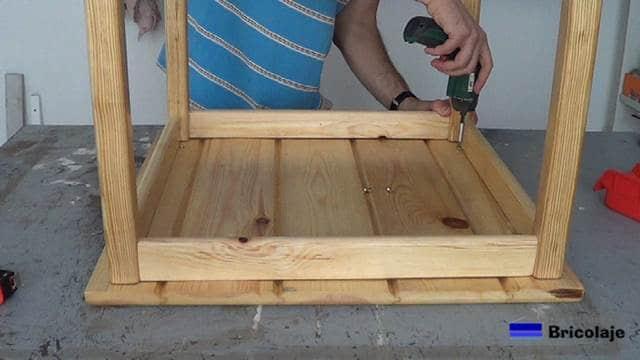 sujetando la cubierta de la mesa centro al resto de la estructura