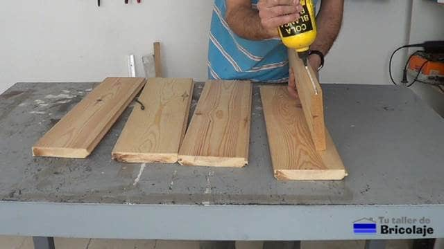 encolando las uniones de la madera machimbrada