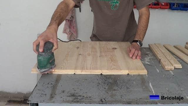 lijando la madera con lijadora eléctrica