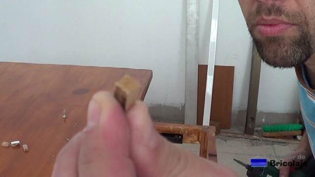 pequeño calzo de madera para colocar entre el sistema de elevación y el larguero de la mesa centro