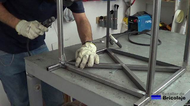 C mo hacer una mesa de centro de hierro y palets 1 2 - Como soldar hierro ...