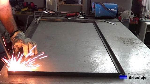 soldando los ángulos de la mesa de centro de hierro