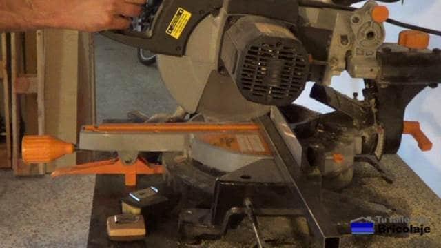 cortando el hierro para hacer la mesa de centro