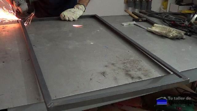 repasando la zona de soldadura de los ángulos que formarán la parte superior de la mesa de centro