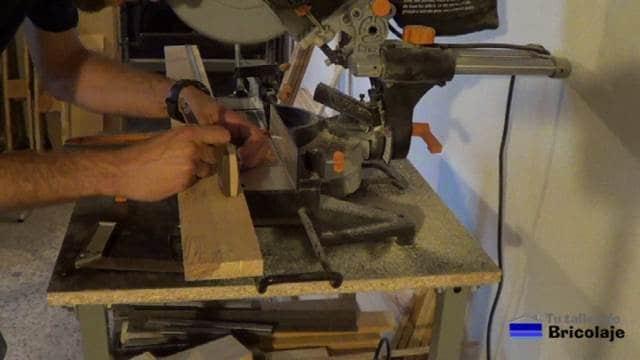 marcando el lugar donde cortar la madera de palets