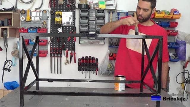 pintando la mesa de centro de hierro y madera de palets