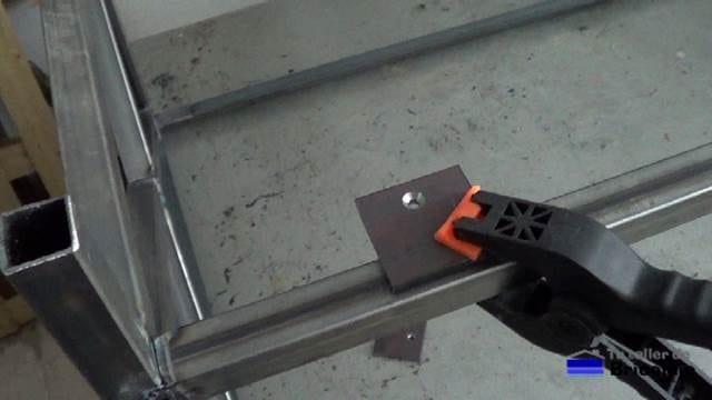 sujetando el trozo de pletina de hierro con agujero avellanado a la estructura de la mesa centro